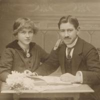Paatje en Moeke bij hun trouwboek